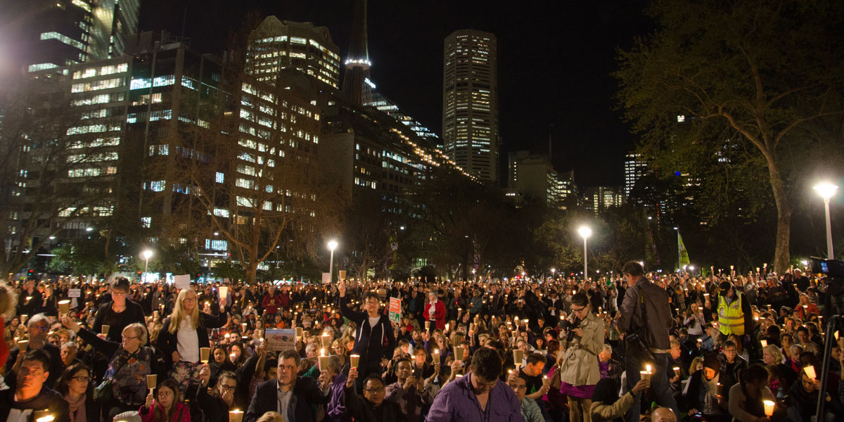 About 10,000 people turned out in Hyde Park in Sydney in a vigil to Aylan Kurdi and other refugees. Image: AAP/NEWZULU/MITCHELL BURKE)